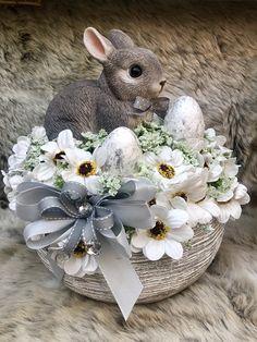 Easter Flower Arrangements, Easter Flowers, Easter Tree, Easter Wreaths, Easter Arts And Crafts, Bunny Crafts, Spring Crafts, Easter Parade, Hoppy Easter
