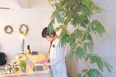 ファッションセレクトショップ「SUUNY CLOUDY RAINY」を、2015年3月に蔵前でオープンした店主の秋山香奈子さん。心の向かう方向へ素直に暮らすことの大切さを教えてくれます。