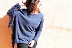 Look boho chic con vaquero skinny negro, camiseta azul con flecos (ambos de Zara SS15), botines de ante negros (de Pull&Bear, de otras temporadas), trench clásico y fular de estampado floral de Zara de otras temporadas.