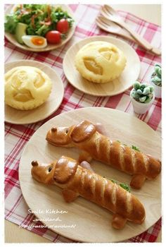 Doxie Dogs - cute hot dogs wrapped up to look like a dachshund. Figure out the how-to from the photo unless you can read chinese: 今日はワンちゃんのドッグロールと陳さんの蒸しパン!