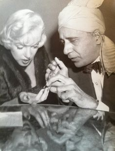 Marilyn Monroe has her palm read by fortune teller Hassan at the Beverly Hills Hotel (where she also met Robert Wagner, last image). December I wonder what Hassan had to say… Beverly Hills Hotel, The Beverly, Interview, Joe Dimaggio, Palm Reading, Marilyn Monroe Photos, Fortune Teller, Norma Jeane, Butches