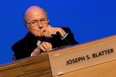 """Joseph Sepp Blatter: Der alte Mann und das Mehr - Augen- und Ohrenzeugen beschreiben den am Mittwoch in Sao Paulo abgehaltenen FIFA-Kongress als """"gespenstische"""" Veranstaltung. Mehr dazu hier: http://www.nachrichten.at/nachrichten/meinung/menschen/Joseph-Sepp-Blatter-Der-alte-Mann-und-das-Mehr;art111731,1411877 (Bild: epa)"""