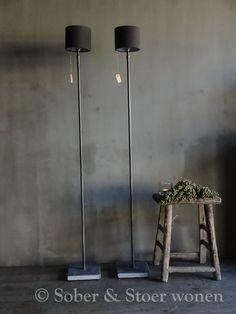 Mooie hoge staande metalen vloerlamp excl. kap met zwart/grijs marmeren voet (op afbeelding 2 stuks afgebeeld). Goede...