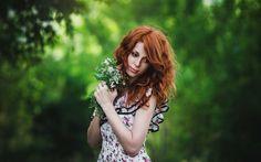 Обои Рыжеволосая девушка в цветастом платье с букетом белых цветов, на фоне зелени деревьев