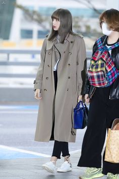 Your source of news on YG's current biggest girl group, BLACKPINK! Please do not edit or remove the logo of any fantakens posted here. Fashion Idol, Blackpink Fashion, Korean Fashion, Winter Fashion, Fashion Coat, Blackpink Lisa, Jennie Blackpink, Blackpink Outfits, Winter Outfits