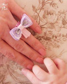 Bague ajustable avec gros noeud en rubans mauve, blanc, gris et rose