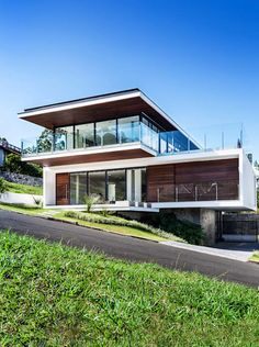 This gorgeous modern house is a visual treat- This gorgeous modern house is a visual treat Houses by JOBIM CARLEVARO arquitetos - Residential Architecture, Amazing Architecture, Interior Architecture, Origami Architecture, Future House, My House, Hillside House, Casas Containers, Facade House