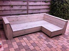 Steiger houten loungebank. Gebeitst in Greywash. Hoekstuk kan zowel links als rechts of als stoel gebruikt worden. Bank is gemaakt naar de maten van Madison loungebank kussens. Geheel zelf in elkaar gekunsteld naar eigen ontwerp.