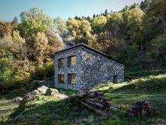Cette petite maison de montagne située dans les alpes italiennes semble récente, en fait cette construction existe depuis des années sous l'état de ruines,