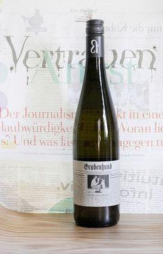 »Grubenhund«  Grüner Veltliner, trocken, Pfalz Ein »Grubenhund« – das ist eine besondere Form der Zeitungsente, die Anfang des 20. Jahrhunderts in meiner Heimat Österreich verbreitet war.