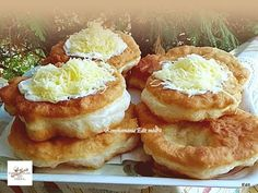 Joghurtos lángos Hungarian Cuisine, Hungarian Recipes, Ital Food, Donuts, French Toast, Bakery, Pizza, Food And Drink, Cooking Recipes