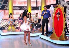 PORTAL JORGE GONDIM Celso e é surpreendido pelas garotas da plateia jogando peças íntimas no palco.
