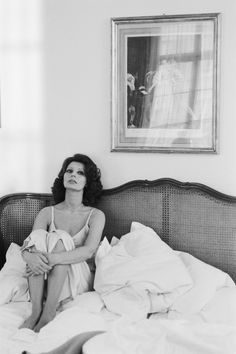 Sofia Loren sitting in an unmade bed Photo Terry O'Neill 1965 Terry O Neill, Marlene Dietrich, Brigitte Bardot, Photography Women, Photography Photos, White Photography, Morning Photography, Vintage Photography, Beautiful Italian Women