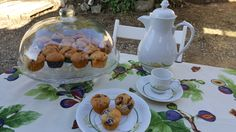 Muffins de vainilla amb mores , nabius i avellanes amb xocolata.
