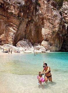 Cala Goloritze och Cala Luna är några av de glittrande turkosa vikar som ligger en båtresa bort från Cala Ganone.