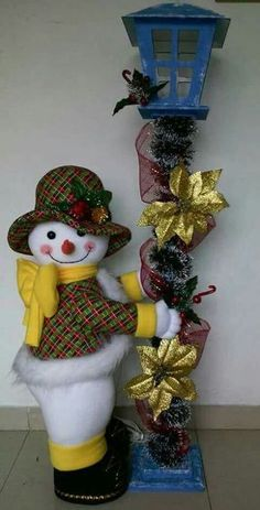 Yael Fernandez's media content and analytics Christmas Clay, Country Christmas, Christmas Crafts, Christmas Yard Decorations, Christmas Wreaths, Holiday Decor, Crochet Diagram, Snowman Crafts, Diy And Crafts