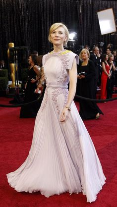 Oscars style: Cate Blanchett Taking a fashion-forward leap in Givenchy Haute Couture in Cate cemented her status as a true style icon by working this avant-garde runway piece like it ain't no thang.Oscars style: A trip down fashion's red carpet Fashion Night, Gypsy Fashion, Fashion Show, Celebrity Red Carpet, Celebrity Style, Mode Alternative, Oscar Fashion, Oscar Dresses, Red Carpet Gowns