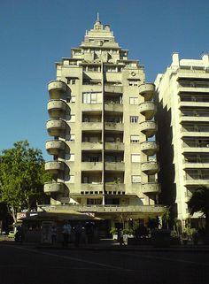 Emblemático edificio Art Decó en Pocitos, Montevideo. Parece la superestructura de un transatlántico.