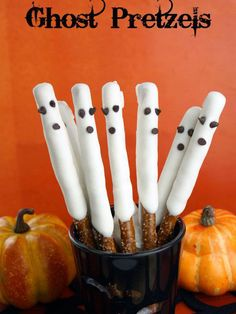 Super Easy Ghost Pretzels - great for a last minute Halloween party treat! CandiQuik ///// Dip in milk or dark chocolate and a add pretzel twists that are broke in half and dipped in chocolate for bat with wings. Costume Halloween, Halloween Movie Night, Fete Halloween, Halloween Goodies, Halloween Desserts, Halloween Food For Party, Halloween Birthday, Easy Halloween, Halloween Treats