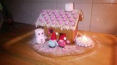 Halusin tehdä perinteisen talon, johon saisin tunnelmaa. Tein marsipaanista kaksostontut pihalle ja mariannerakeista lumilyhdyn, johon saa kynttilän palamaan. - by Minna