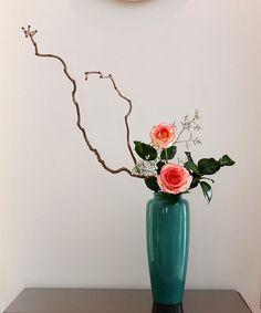 The World's Best Photos of ikebana and rose Ikebana Flower Arrangement, Ikebana Arrangements, Flower Vases, Flower Pots, Cactus Flower, Flowers Garden, Modern Floral Arrangements, Beautiful Flower Arrangements, Beautiful Flowers