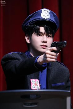 Guys around me all think that among Wanna One members, Ong Sungwoo is the coolest. ㅋㅋㅋㅋ My dad, uncle, cousin and all the school guys a. Jinyoung, Swing, Ong Seung Woo, Korean K Pop, Guan Lin, Kim Jaehwan, Ha Sungwoon, 3 In One, Your Music