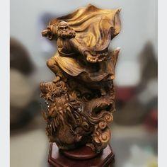 Đạt Ma cưỡi rồng gỗ bách xanh Kích thước: 70-40-30 cm Nặng gần 30 kg Japanese Painting, Chinese Painting, Becoming A Monk, Moving To China, Buddhist Art, Porcelain Vase, Lion Sculpture, Statue, Wood