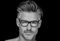 Cabelo grisalho: explore esse charme a mais.Tem gente que acha irresistível um homem de cabeça branca. Mas para o efeito acontecer, o cabelo branco tem que estar bem tratado, com um corte bacana. Veja no site como dar um trato legal na sua cabeleira alva.