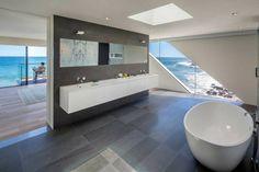 Spacieuse salle de bains à la baignoire de luxe