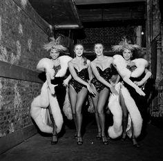 Un jour en France. #1956. Les Bluebell girls du #Lido en coulisses juste avant de rentrer en scène. Photo : Walter Carone/#ParisMatch. by parismatch_magazine