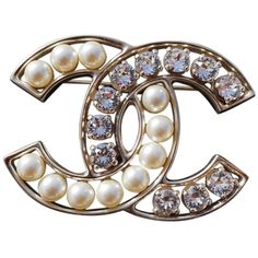 Pre-owned Chanel Large Pearl Crystal Cc Logo Brooch ($956) ❤ liked on Polyvore featuring jewelry, brooches, accessories, white, pearl jewelry, crystal jewelry, white pearl jewelry, crystal jewellery and chanel broach