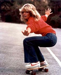 Wear a red sweatshirt with flare jeans and Nike sneakers for a Farrah Fawcett costume. Style Année 80, Style Icons, 1970s Style, Surf Style, 70s Fashion, Vintage Fashion, Womens Fashion, Fashion Trends, 60s Hippie Fashion