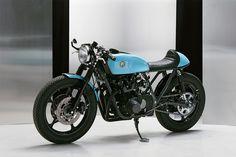 カフェレーサーのベース車と言えば、一昔前はトライアンフなどイギリス製オートバイが王道でしたが、最近だとアメリカを中心に、日本製バイクをベースにしたカフェレーサーも世界中で作られています。「ジャパンメイド最高!」が浸透しているのですね。 そんな中、北欧ポーランドのイースタン・スピリット・ガレージというショップが製作したスズキ「GS550」ベースのカフェレーサーは、かなりの出来映え! ハイセンスでおしゃれなフィニッシュが注目なので、紹介しますね。 御年37歳のバイクをレストア ベース車は、1979年製のスズキ「GS550」です。1977年に「GS750」の弟分として登場したバイクで、空冷4ストローク並列4気筒エンジンを搭載。日本だけでなく、海外にも輸出されていたモデルです。 御年37歳…バイクとしてはかなりの高齢であり、立派な旧車です。人間で言えば90歳くらいでしょうか?…