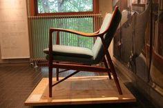 そんな「イージーチェア」の、名作中の名作。特徴は何といっても、座り心地を追求した曲線美にあります。