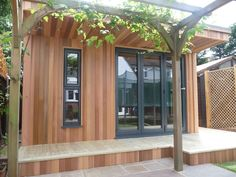 Garden rooms or outbuildings can be used as additional rooms to serve the main house where space is limited. Here's some advice on building a garden room. Garden Studio, Home Studio, Outdoor Office, Outdoor Decor, Insulated Garden Room, Room Additions, Garden Buildings, Garden Office, Maine House