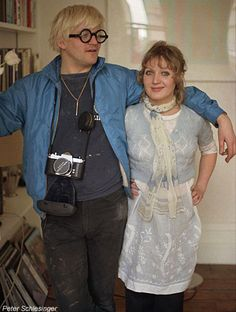 David Hockney in his Notting Hill flat with his friend and muse, the textile designer Celia Birtwell, 1969 David Hockney, Celia Birtwell, Ossie Clark, Pop Art Movement, Franz Kline, Art For Art Sake, Just Friends, Color Theory, Textile Design