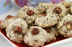 35–40 st Tid: 25–30 min 200 g malda hasselnötskärnor 2 1/2 dl florsocker 2 msk potatismjöl 2 stora äggvitor Garnering: hasselnötter 1. Blanda nötter, florsocker och...