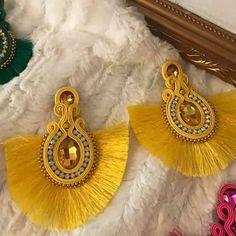 """105 Me gusta, 4 comentarios - Diseñadora Julissa Pilarte (@accesoriospilarterd) en Instagram: """"Amarillo!"""" Bead Embroidery Jewelry, Beaded Embroidery, Shibori, Earrings Handmade, Handmade Jewelry, Tassel Jewelry, Jewlery, Earring Crafts, Soutache Earrings"""