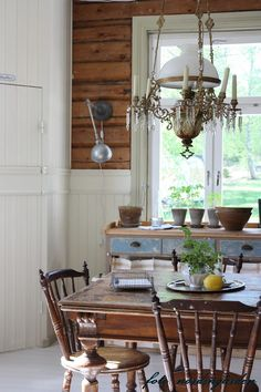 Awesome lamp and stately dining room table and chairs. Old Kitchen, Country Kitchen, Kitchen Dining, Kitchen Ideas, Swedish Farmhouse, Swedish House, Swedish Decor, Décor Antique, Country Style Homes