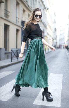 Plissado + verde metalizado. Que lindo o efeito dessa saia!
