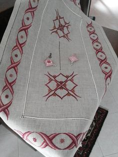 Broderie Bargello, Cross Stitch Material, Bargello Patterns, Embroidery, Crochet, Needlepoint Designs, Towels, Diy, Roaches