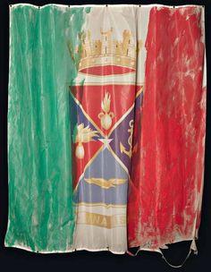 """Gianfranco Notargiacomo, """"Una Vis"""", tecnica mista su bandiera, cm 150x130, dal catalogo della mostra """"Novanta artisti per una bandiera"""", ©2013 corsiero editore"""