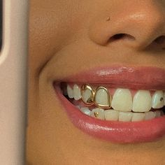 Balanced, bright teeth are a very important aspect in human aesthetics. The bleaching procedure for bright teeth is the procedure that dentists have used often in recent years. Bijoux Piercing Septum, Piercing Tattoo, Cute Jewelry, Body Jewelry, Jewelry Accessories, Tooth Jewelry, Gems Jewelry, Girls With Grills, Girl Grillz