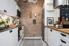 Blog wnętrzarski - design, nowoczesne projekty wnętrz: Mieszkanie 47m2 - jasne wnętrze oraz ozdobna ściana z cegły, skórzane uchwyty szafki white kitchen leather