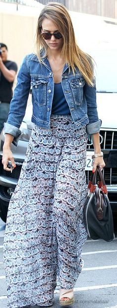 Jessica Alba, printed maxi skirt, black bag, blue tee, beige espadrille wedges, denim jacket ☑️