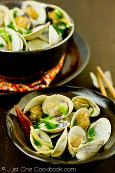 Japanese Clams ( Sake Steamed Clams 蛤の酒蒸し ) ♦ sake, julienned ginger, de-grited Manila Clams/Littleneck Clams, red chili pepper, Freshly ground black pepper, chopped green onion