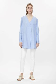 This v-neck top is made from soft cotton with a melange quality and a chest patch pocket. An oversize A-line fit, it has a deep pleat at the front, a box pleat at the back, subtle in-seam pockets and long cuffed sleeves.
