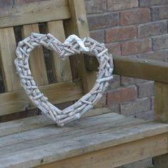 Mooi groot hart gemaakt van stukjes sprokkelhout. Er zit een lint aan waarmee het hart opgehangen kan worden. Tuindecoraties en tuinaccessoires eenvoudig bestellen in onze webshop met een Mooi Landelijk tintje