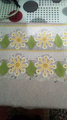 This Pin was discovered by HUZ Love Crochet, Crochet Flowers, Crochet Lace, Crochet Borders, Crochet Videos, Flower Arrangements, Tatting, Kids Rugs, Blanket