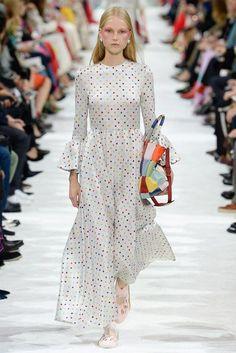 Valentino Spring 2018 Ready-to-Wear Collection Photos - Vogue Arab Fashion, Fashion 2018, Fashion Photo, Runway Fashion, High Fashion, Sporty Fashion, Mod Fashion, Fashion Women, Fashion Week Paris